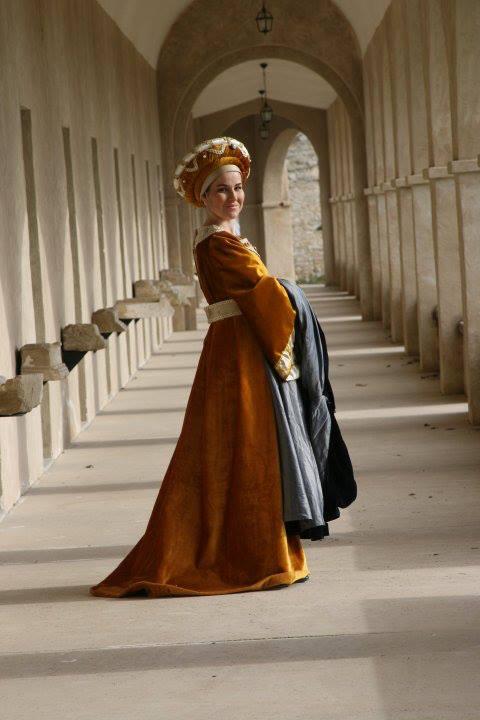 monica con traje medieval